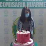 joven pastel pandemia - Joven hace fiesta en pandemia y es obligada a posar con su pastel en comisaría. Alega humillación