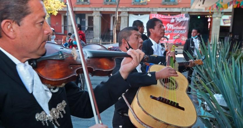 """mariachi - """"Estamos vivos y a sus órdenes"""". Los mariachis de Garibaldi siguen de pie, y aferrados a sobrevivir"""