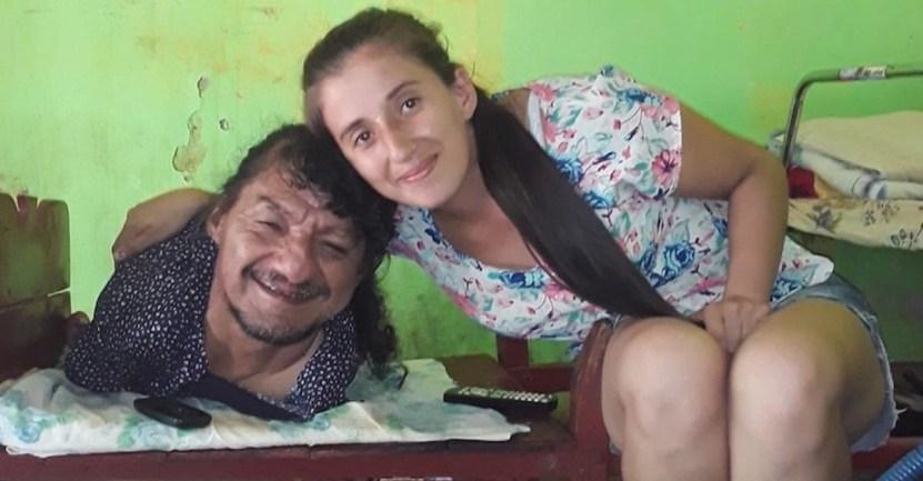 """padre brazos piernas hijas 3 - Il n'a ni bras ni jambes, mais il a élevé sa fille sans leur mère: """"il est le meilleur père du monde"""""""