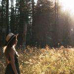 woman standing beside trees 1391234 e1587568161388 - Si haces esto la vida te cambiará en menos de 31 días, los expertos lo aseguran