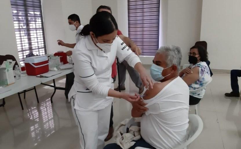 adultos mayores de otros municipios acuden a san ignacio para pedir la vacuna contra covid 19.jpg 242310155 - Adultos mayores buscan vacuna contra Covid-19 en San Ignacio, Sinaloa