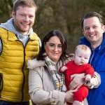 bebe pareja gay hermana - Pareja gay tuvo su hijo gracias al vientre de la hermana de uno de ellos. Ayudó a formar su familia