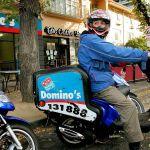 dominos pizza trabajo contrato - Repartidor de pizza estalla en furia porque no le dieron propina luego de un viaje bajo la lluvia y su video se hace viral