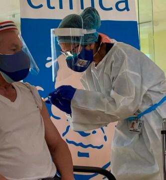 vacuna 1 - La primera jornada de vacunación contra la COVID-19 para latinos inicia en Los Ángeles
