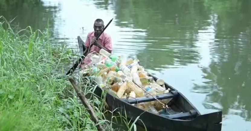 abuelo paralisis basura - Abuelo con parálisis lucha contra la contaminación de un lago en su bote. Así se gana la vida