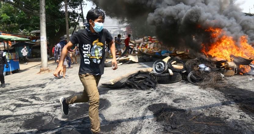 myanmar - Soldados de Myanmar disparan contra asistentes al funeral de un joven fallecido durante protestas