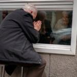 """abuelo esposa alzheimer visita - Abuelo visita la ventana de su esposa con Alzheimer por la pandemia: """"Vengo para que no me olvide"""""""