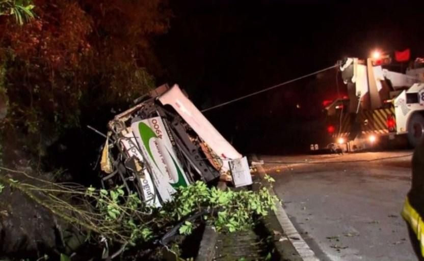 accidente.jpg 242310155 - Familia que viajaba a Puerto Peñasco se accidenta en Angostura