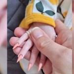 portada bebe unas largas 3 - Manicure ad una neonata. Super fashion o pericolosa? Una madre viene pesantemente criticata.