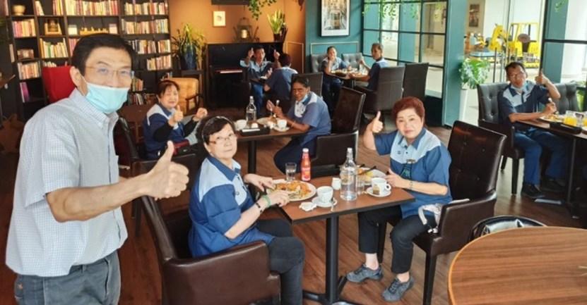 Fond hombre cocina limpiadoras - Hombre invitó a las mujeres del aseo a almorzar en su nuevo café. Les agradeció su dedicado trabajo
