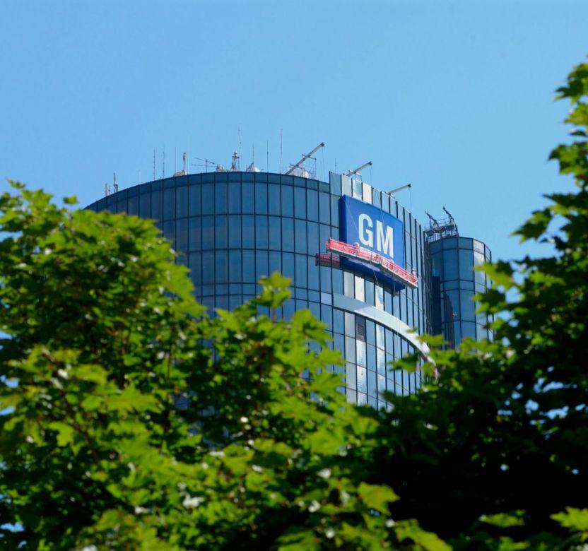 GMLogoRenCenBuilding - Demandan a General Motors por beneficiarse del cargo de delivery de sus autos a los concesionarios