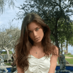 lanax20x.png 242310155 - ¡En pleno café! Lana Rhoades se levanta la blusa