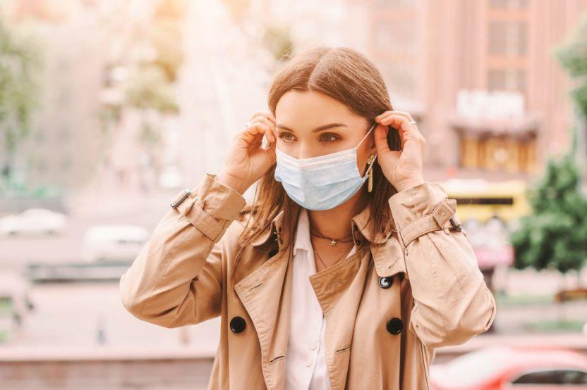 shutterstock 1746463685 - Cada vez más las empresas dejan de obligar al uso de mascarillas cubreboca por todo el país