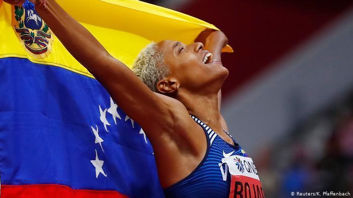 50713124 303 - La polémica FOTO de Yulimar Rojas, arropada solo por el pabellón nacional