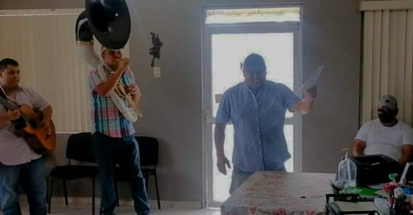 hombre celebra divorcio banda - Libre soy: Mexicano llegó hasta el registro civil con una banda musical para celebrar su divorcio