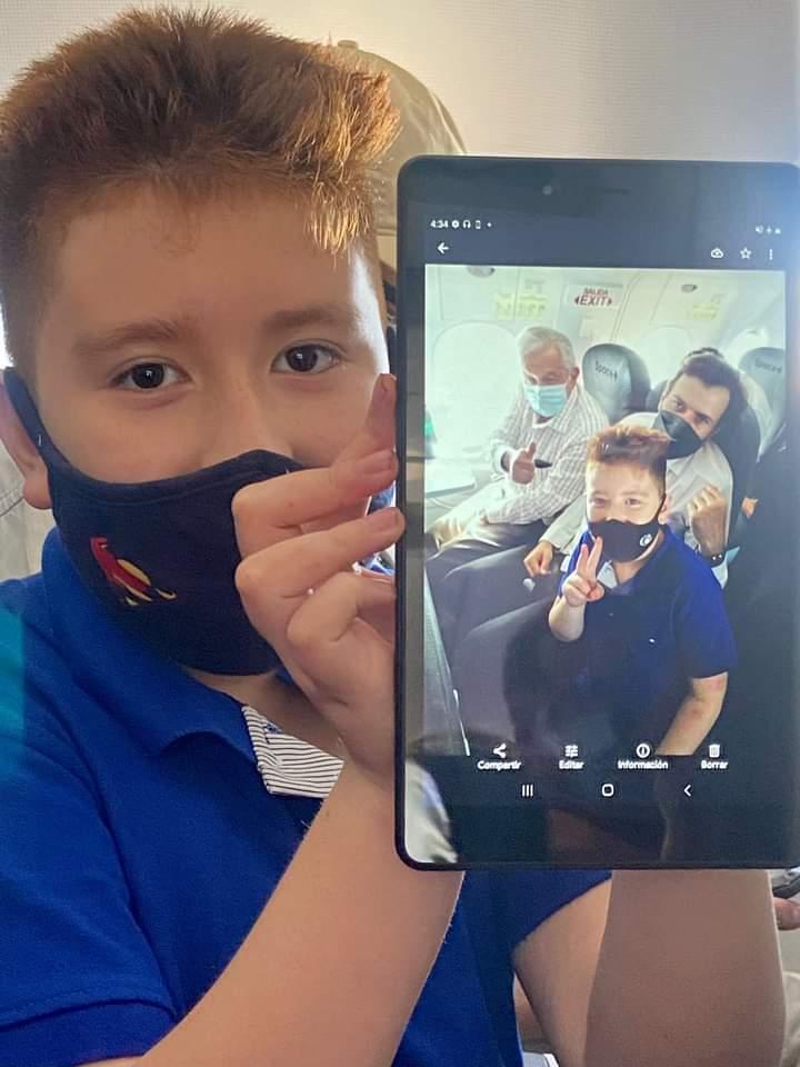 FB IMG 1629079438376 - Niño cumple sueño; se toma foto con AMLO en vuelo a CDMX