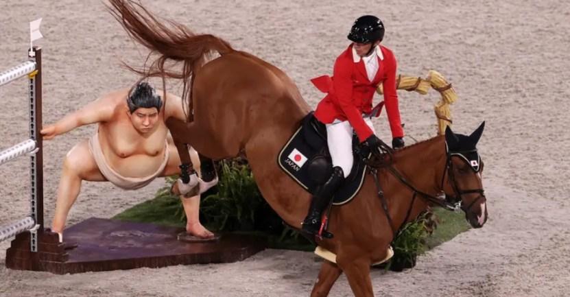 """caballos tokio sumo estatua - Caballos se asustaron con estatua de un sumo durante prueba ecuestre en JJ.OO: """"Es muy realista"""""""