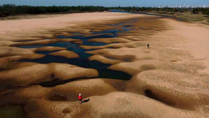 120409490 gettyimages 1234968203 1 - Las impactantes imágenes de la mayor sequía en 77 años del río Paraná, el segundo más largo de Sudamérica