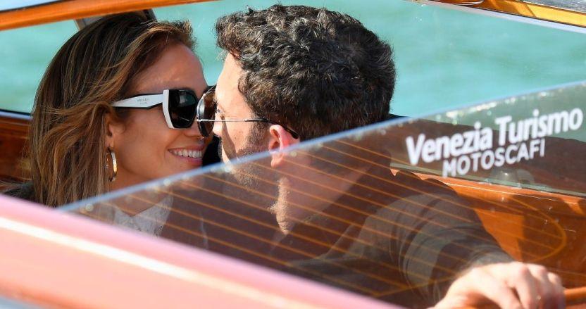 afflek y jlo venecia - Ben Affleck y JLo sorprenden al llegar juntos al Festival de Cine de Venecia