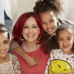 """mama lloro cuando sus hijas se asumieron no binarias - """"Soy la única mujer que queda"""": Mamá lloró cuando sus 3 hijas se identificaron como """"no binarias"""""""