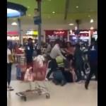 VIDEO  Familias se agarran a golpes por una mesa en food court de centro comercial - VIDEO: Familias se agarran a golpes por una mesa en food court de centro comercial
