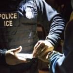 """ice huellas - Las """"redadas invisibles"""" de ICE que advierten expertos tras suspensión de operativos en lugares de trabajo"""