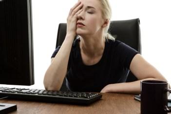 vrouw achter haar bureau zonder concentratie