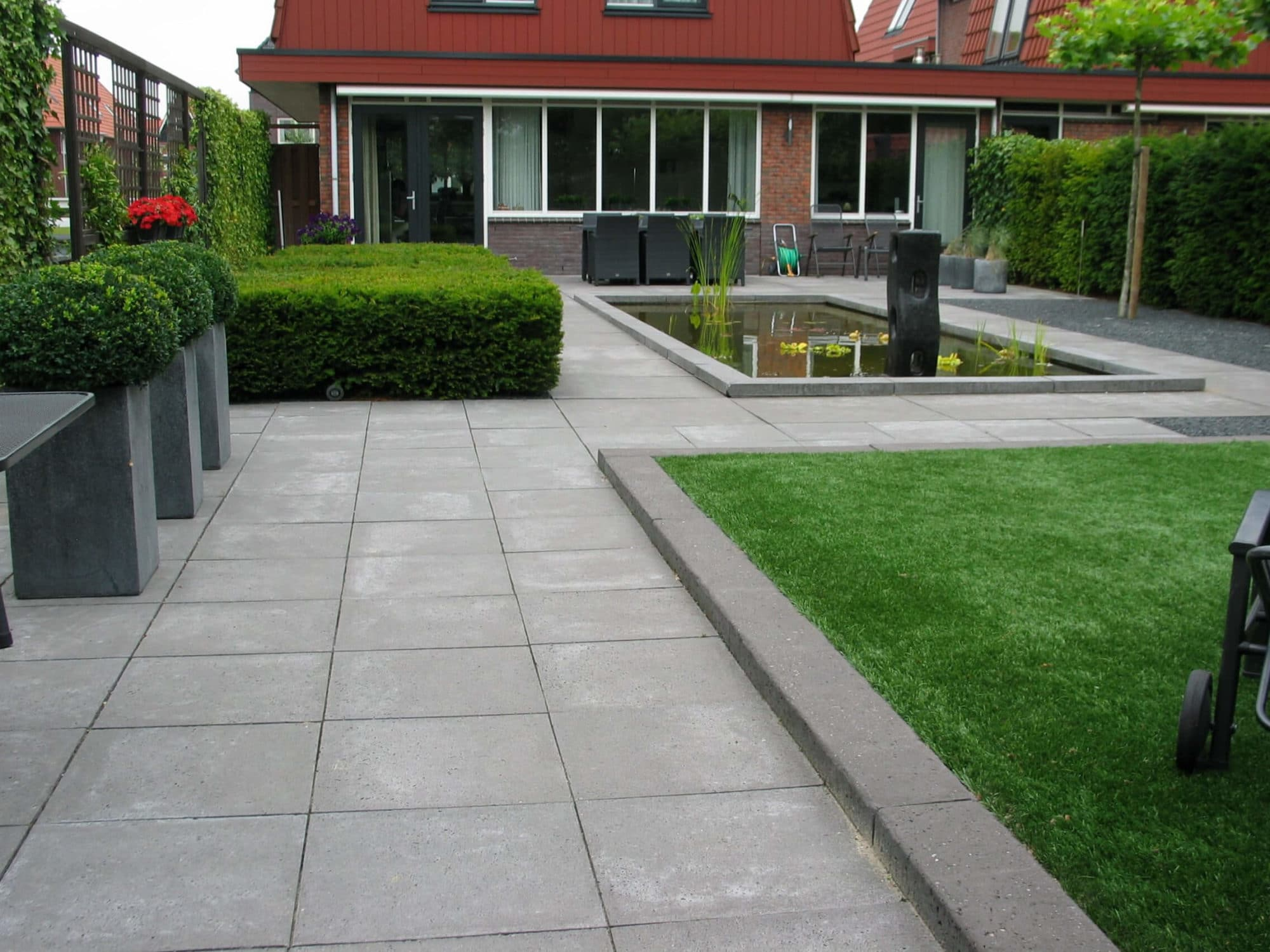 Grote Moderne Tuin : Moderne tuin aangelegd met grote vijver u conceptgroen