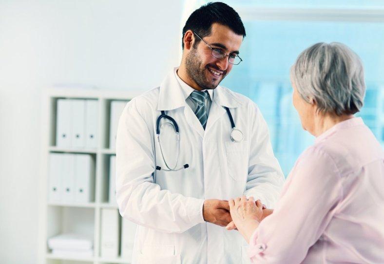 Paciente dando las gracias a un médico