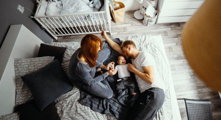 Colecho_ padres durmiendo con bebe en la cama
