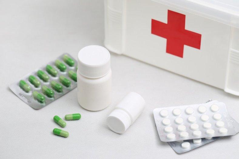 Primeros auxilios para padres, foto de botiquín en fondo blanco