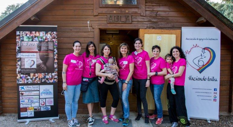 Foto de grupo de las mujeres organizadoras del V Foro Andaluz de Grupos de Apoyo a la lactancia celebrado en Linares