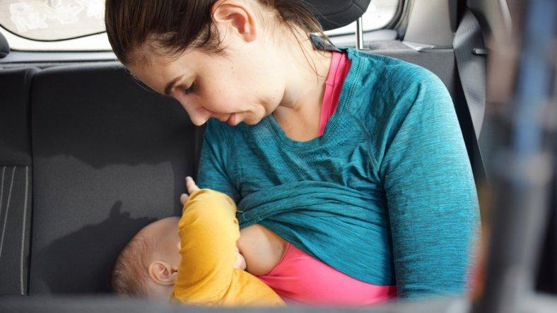 Foto portada que necesitas para tu lactancia, madre dando el pecho a un bebe en el coche