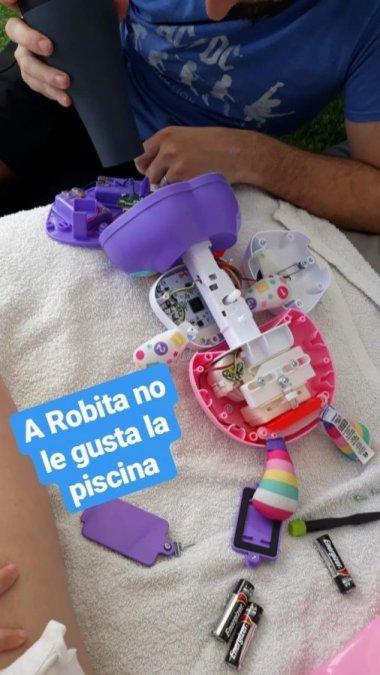 Juguete Robita Robotita desmontado siendo secado tras caer en una piscina