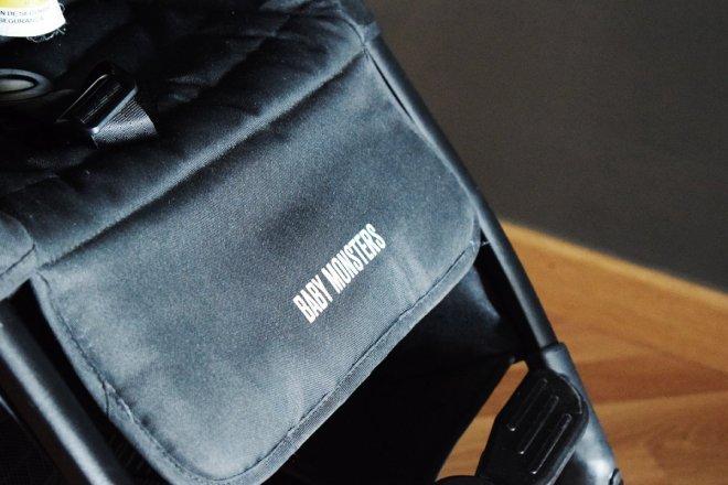 Reposapies con el logo Baby monsters de la silla ligera compacta Kuki de Baby Monsters