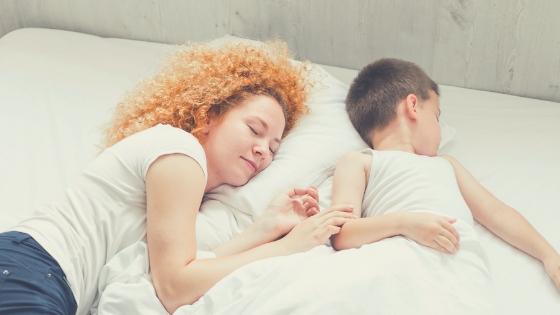 Madre durmiendo con su hijo, y las raznoes por las que no hacer colecho con tus hijos