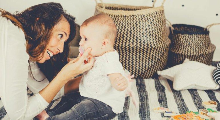 Mujer con bebe, ante la cuestion darle chupete a tu bebé