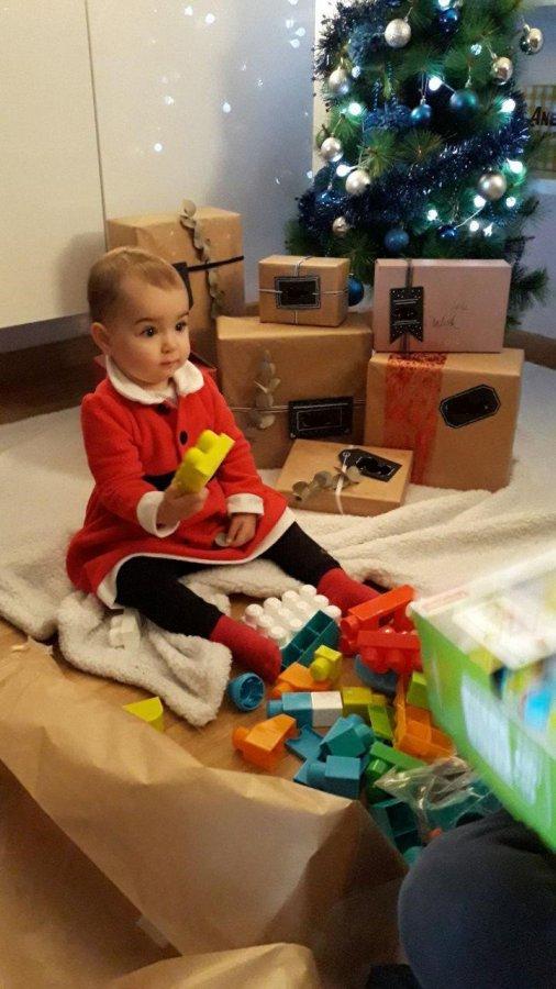 Bebé jugando por primera vez con bloques Mega Bloks