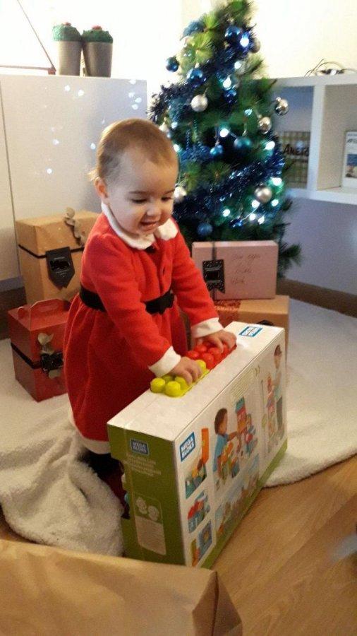 Bebé abierdo su regalo de reyes, un conjunto de bloques de Mega Bloks