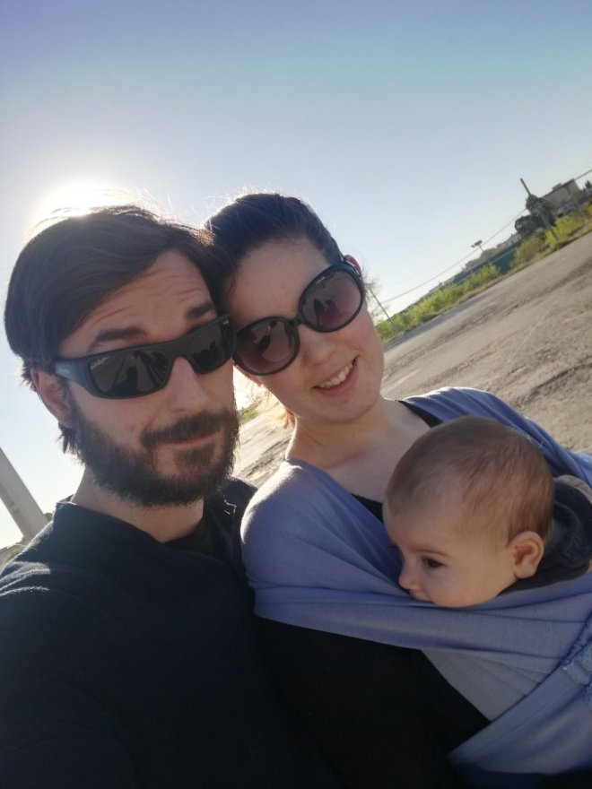 padres y madres usando mochila de porteo ergonómica Manduca y fular hibrido Caboo Lite Close Parent