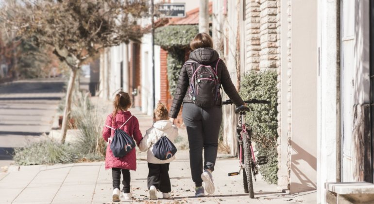 Emprender siendo madre, llevar o no los niños al colegio cuando están malitos. Madre acompañando a sus hijos a la escuela
