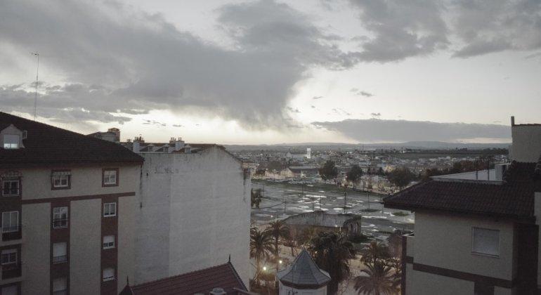 Ideas para pasar una tarde de lluvia, paisaje de atardecer urbano tras un día de lluvia, sale el sol para esconderse