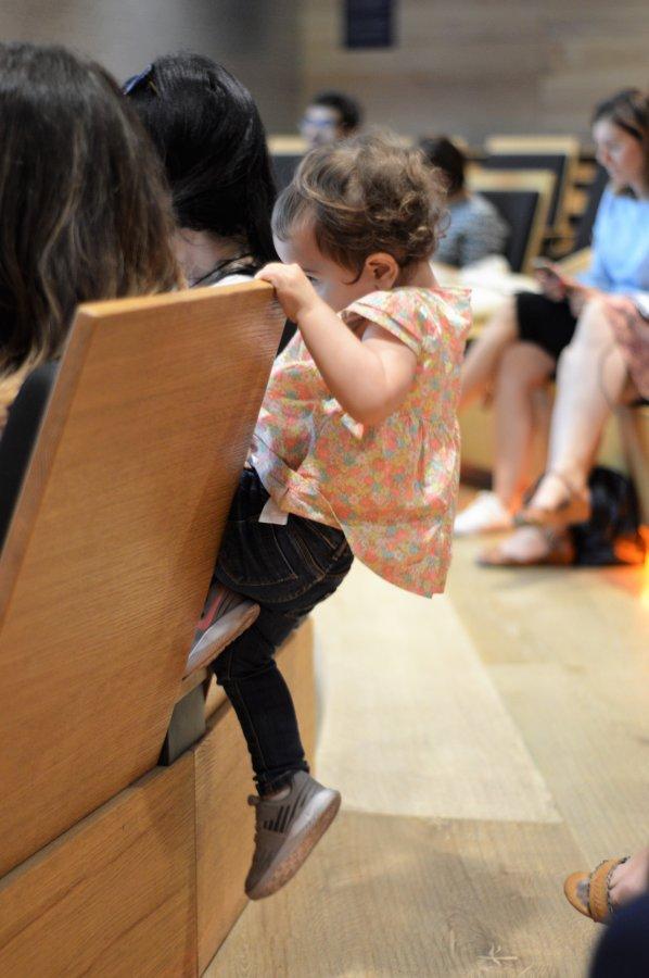 Querida hija, quiero que seas una mujer libre. Niña subiendo y escalando unos asientos.