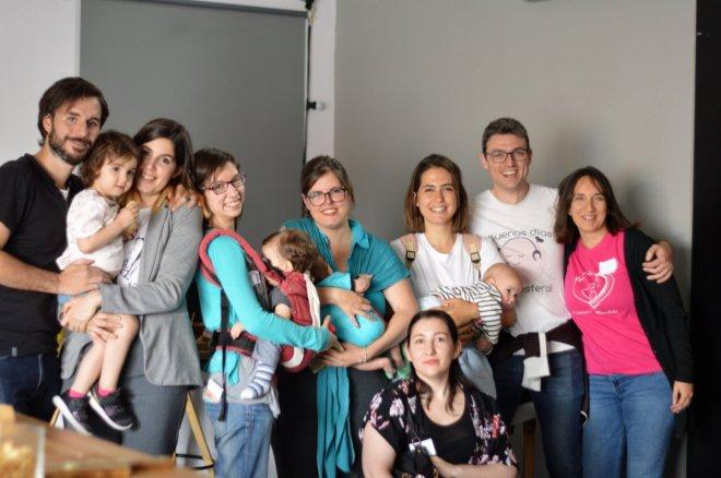 tribu de madres y padres asisitiendo juntos a unas jornadas de lactancia materna