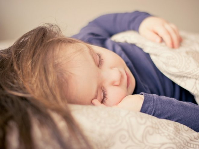 Niña durmiendo para el post 5 razones para no destetar y una que si