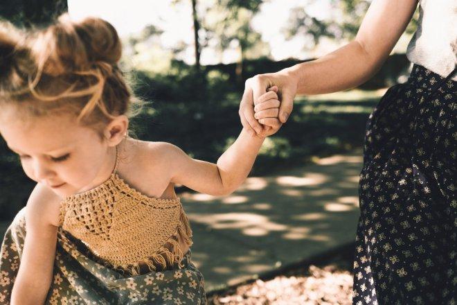 Niña cogida de la mano de su madre para el post 5 razones para no destetar y una que si