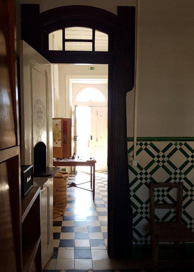 Puerta de entrada a la calle y a la sala común del train spot en beira portugal