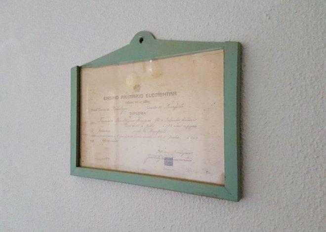 diploma a modo de decoración en la habitación