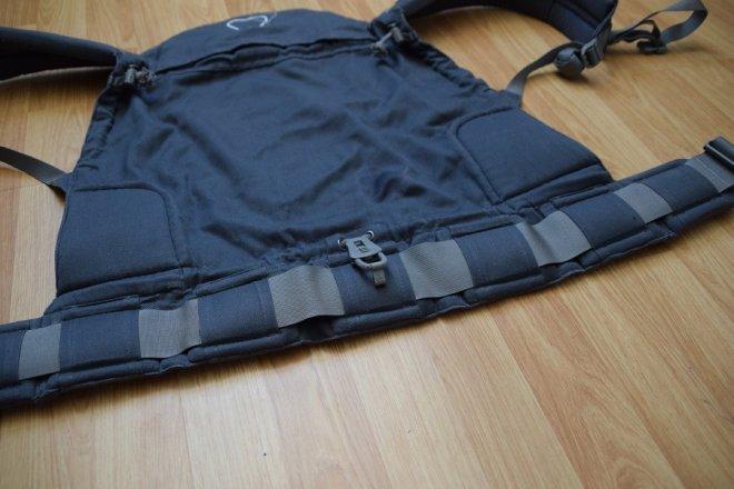 Detalle del ajusto de ancho de la cintura de la mochila evolutiva toddler de Lingling d'amour