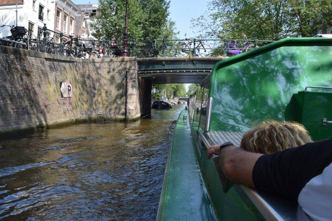 Navegando por los canales de Amsterdam en el Rock the city tour del Heineken tour, en nuesra visita de 2 días a Amsterdam